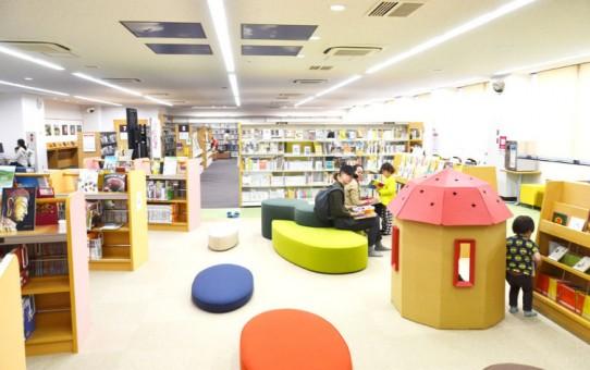 寝転んで読書、会話もOK 千葉市花見川区役所にオープン